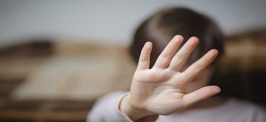 ребенок, ребенок закрыл лицо руками, отсутствие ребенка в детском саду,