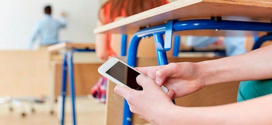 телефон на уроке, смартфон на уроке, смартфон под партой, телефон под партой, запретили смартфоны в школе, запретили телефоны в школе,