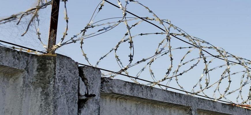 забор колонии,колючая проволока тюрьма,колючая проволока колония,забор с колючей проволокой,забор с колючей проволокой тюрьма,забор с колючей проволокой колония,
