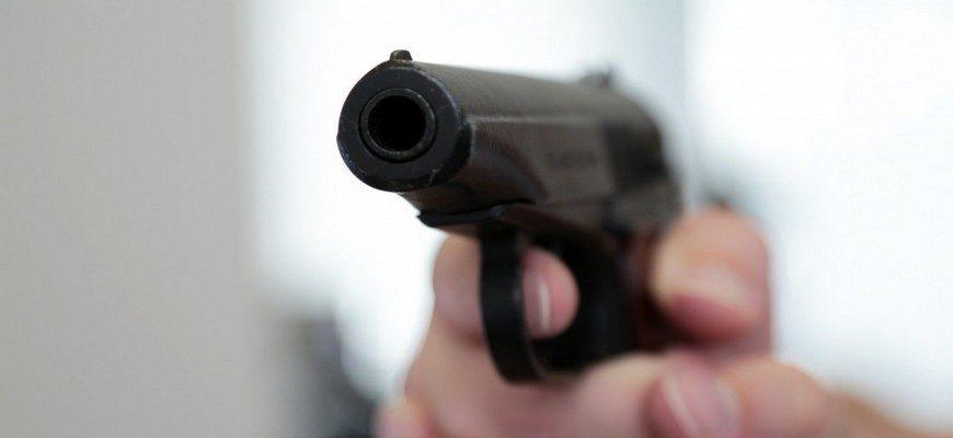 пистолет, пистолет в руке, стреляет из пистолета,